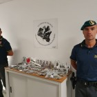 Guardia di Finanza sequestra in un negozio marjiuana e hashish non commercializzabile
