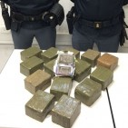 Insospettabile massaia custodiva in casa 15 chilogrammi di hashish. Arrestata dalla Polizia