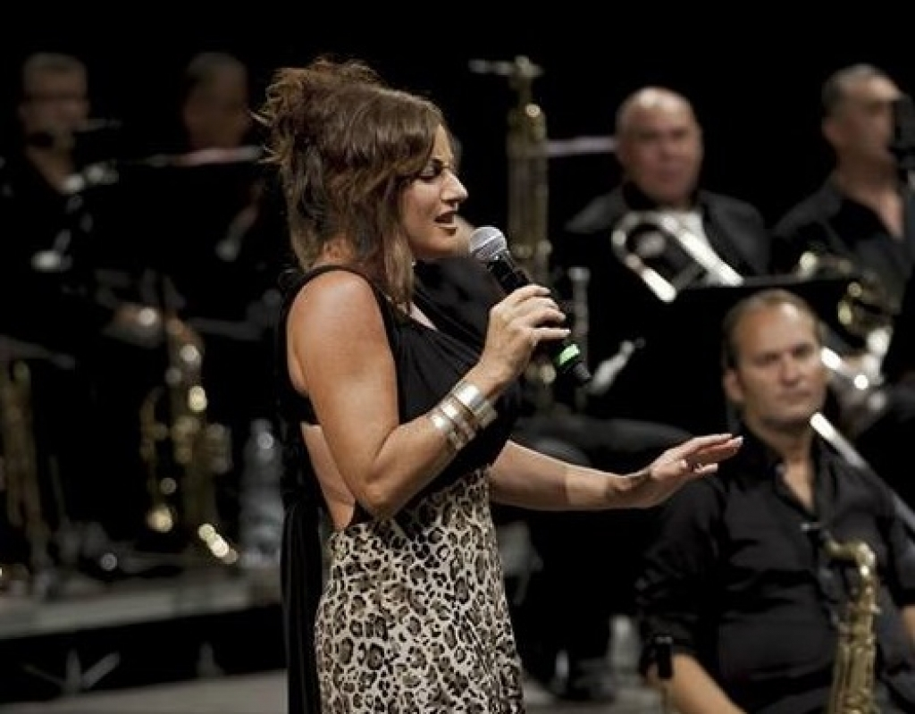 Lucia Garsia canta Whitney Houston a Taormina per il Brass Group